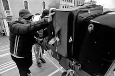 2016255 (ruggeroranzani_RR) Tags: analog blackandwhite 35mm film rolleirpx400 rolleisupergrain nikonf2photomic nikonnikkorncauto128f24mm manatwork bridge venice peole filmdev:recipe=11054 film:brand=rollei film:name=rolleirpx400 film:iso=400