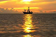 silhouette of a fisherman (Sassywitch.Studio) Tags: morning sea sunrise thailand boat asia huahin