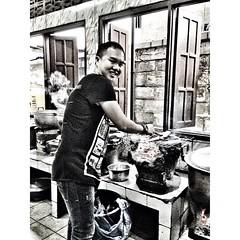 """ตะลุยครัวลาว ฝึกทำอาหารลาวแบบต้นตำรับ เมนูปลาปิ้ง เตาถ่าน ขอบคุณ ร้าน """"Nang Kham Bang"""" #LaoFood #Restaurant ใจดีมาก สอนให้แบบไม่หวงสูตรเลย ^_^ #vientiane #laos #iczzlaos"""