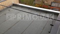 Dakdekker: Eindresultaat van een compleet nieuw plat dak dat is voorzien van nieuwe APP bitumen. Eerste laag dakbedekking 460 P60 met daarop gebrand de waterdichte bitumen laag 470 K24. Nieuw zink op dakranden gemonteerd