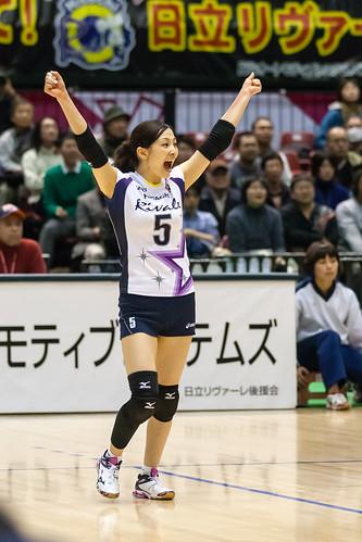 両手を広げて喜ぶかわいい佐藤あり紗