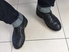 Rangers et jeans en salle d'attente (Photogestion) Tags: ranger cuir chaussure boot leather motorbiker