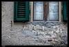 Pinzas en las cuerdas (meggiecaminos) Tags: italia italy tuscany toscana castellinainchianti pinzas cuerdas ropes ventana window finestra cortinas corde contraventana controfinestra tenda clothespegs clothespins curtain shutter streetphotography urbanlandscape fotografíaurbana