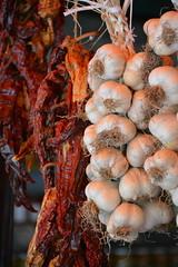 Sloveens eten: knoflook en pepers (snoeziesterre) Tags: nvbs sne maribor sloveni knoflook pepers eten food marktkraam
