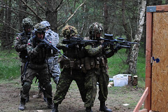 Paratroopers hold multinational breach training in Poland (U.S. Army Europe) Tags: brian north guard poland national carolina nato sgt paratroopers godette 382ndpublicaffairsdetachment