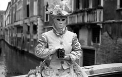 Carnevale veneziano: viaggio (riccardo_mottola) Tags: venice stand bessa venezia voigtlnder heliar studional superpan200