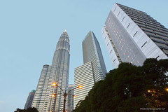 Petronas skyscrapers XOKA0460bs (forum.linvoyage.com) Tags: bridge blue trees sky green tower skyscraper twins outdoor petronas malaysia kuala lumpur         phuketian forumlinvoyagecom httpforumlinvoyagecom phuketphotographernet