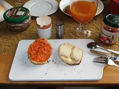 Brotaufstrich Paprika Pfeffer und Bio Husumer auf frisch gebackenen Brtchen (multipel_bleiben) Tags: essen frhstck vegetarisch bio brtchen