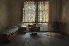 That retro hotel (andre govia.) Tags: andre govia ababandoned hotel uebex chair bed motel ue tv retro