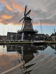 Woudsend, de jager on fire (Alta alatis patent) Tags: woudsend ee sunset reflections sailing school jager windmill