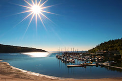 Port de Tadoussac (Québec, Canada) (Andrea Moscato) Tags: andreamoscato canada america view vista vivid porto harbor beach spiaggia water acqua freshwater river riflesso reflection boat light shadow sun sunshine ray star shore ombre blue nature natura naturale np nationalpark pier seascape landscape day mountain morning