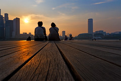 Sunset with My Love (spintheday) Tags: sunset singapore couple watching lover canonefs1022mmf3545usm marinabaysands
