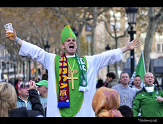 Celtic Pope [FC Barcelona- Celtic 11.12.2013] (Fototerra.cat) Tags: barcelona city pope beer scarf football nikon lads glasgow celtic fans futbol bara champions supporters tal bufanda fcb brothersinarms bhoys celticglasgow celticfans nikond600 fototerracat bhoysingreen