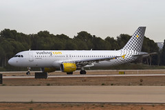 Vueling - Airbus A320-214 (EC-LOC) (Carlos Zamora Zamora-La Mancha Spotters) Tags: friends amigos valencia 30 canon colours landing 7d loc 12 ryanair runway vlc diciembre departing a320 luo evd rwy vueling 100400 738 boeig levc levcspotters