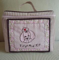 Frasqueira First Aid Kit (Passamanaria) Tags: baby bag craft viagem nenm patchwork maternidade bordados artes firstaidkit necessaire passamanaria frasqueira costurinhas