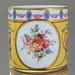 KPM Berlin: Tasse Antik Glatt Zylindrisch, Fond in Kanarien Gelb, Rollwerk, Arabesken, Blumenbukets, Klassizismus, Empire