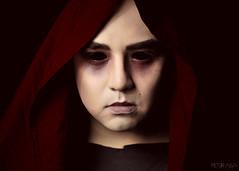 (ptr.alva) Tags: ojos eyes red rojo retrato portrait sin without makeup maquillaje hombre man costume disfraz fondo negro face cara cape capa hiyab velo chador halloween peteralva