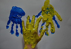 """My Left Hand - two hands, ten fingers still unharmed. Potentiell im Opferkreis des Franz Fuchs ( = """"BBA"""" = """"Bajuwarische Befreiungsarmee"""") - meine 2 Hnde 10 Finger auch 2016 noch heil und ganz (hedbavny) Tags: hand finger imprint print handprint handabdruck fingerfarbe blau blue yellow briefbombe fuchs franzfuchs painting malerei farbe color esoterik handlesen chiromantie chiromantik chirologie chirosophie chiromancy palmreading palmistry deutsch german bayern bba bajuwarischebefreiungsarmee racist rassismus anschlag terror brief letter korrespondenz mail arbeit work handwerk gedanke berlegung sinnieren textur texture linie line lesen read kosmos hedbavny ingridhedbavny wien vienna austria sterreich diary tagebuch memory erinnerung gelb green grn"""