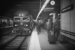 Tg 987, Stockholm C 2016-10-21 (Michael Erhardsson) Tags: stockholm c 2016 sj regional afm7 manvervagn persontg cst svartvitt mobilfoto vardagsbild life railways livet p jrnvgen