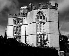 Tower House, Arundel (Rhisiart Hincks) Tags: lloegr powsows england ewrop europe eu ue sasana brosaoz ingalaterra angleterre inghilterra anglaterra 英国 angletèrra sasainn انجلتــرا anglie ngilandi arundel sussex gothicrevival adfywiadgothig duagwyn gwennhadu dubhagusgeal dubhagusbán zuribeltz czarnobiałe blancinegre blancetnoir blancoynegro blackandwhite اسودوابيض، bw feketefehér melnsunbalts juodairbalta negrușialb siyahvebeyaz črnoinbelo черноеибелое чорнийібілий 黒と白 黑与白,zwartenwit mustajavalkoinen crnoibelo černáabílá schwarzundweis