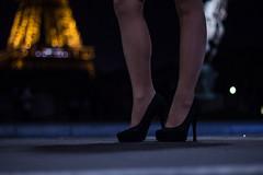 Aux pieds de la grande dame de fer (So Tysh) Tags: toureiffel paris escarpin talon femme jambe belle nuit lumiere light tower