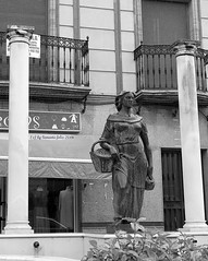 Plaza de la Recovera, monumento a la mujer  trabajadora.El Viso del Alcor.(Sevilla) (lameato feliz) Tags: elvisodelalcor sevilla recovera