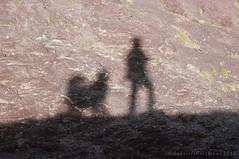 _13F5477 (gabrielecristiani) Tags: ombre persone rocce luoghi mabrouk altreparolechiave collarossa gabrielecristiani
