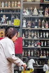 No pago ni su crisis ni su deuda (Franfrisco R) Tags: madrid tercera anciano barrio edad baston vitrina