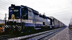 Southern 2537 (GP30), NS 2575 (SD70) in Ft. Wayne, IN (1987) (hardhatMAK) Tags: scannedslide kodachrome64 southernrr emdgp30 emdsd70 westbound sou2537 10241987 fortwaynein ns2575