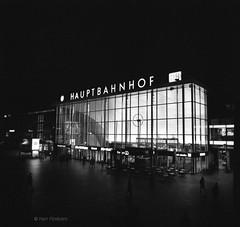 Kln Hauptbahnhof / Cologne Station (Herr Filmkorn) Tags: believeinfilm shootfilmstaybroke filmisnotdead ishootfilm germany kln cologne thisiscologne klle colonia bw sw buyfilmnotmegapixels 120 pentacon flektogon night hp5 pushed ilfordphoto ilfordfilm mittelformat mediumformat