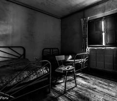 Camas gemelas (Perurena) Tags: camas beds dormitorio bedroom habitacin ventana window ruina decay abandono urbex urbanexplore