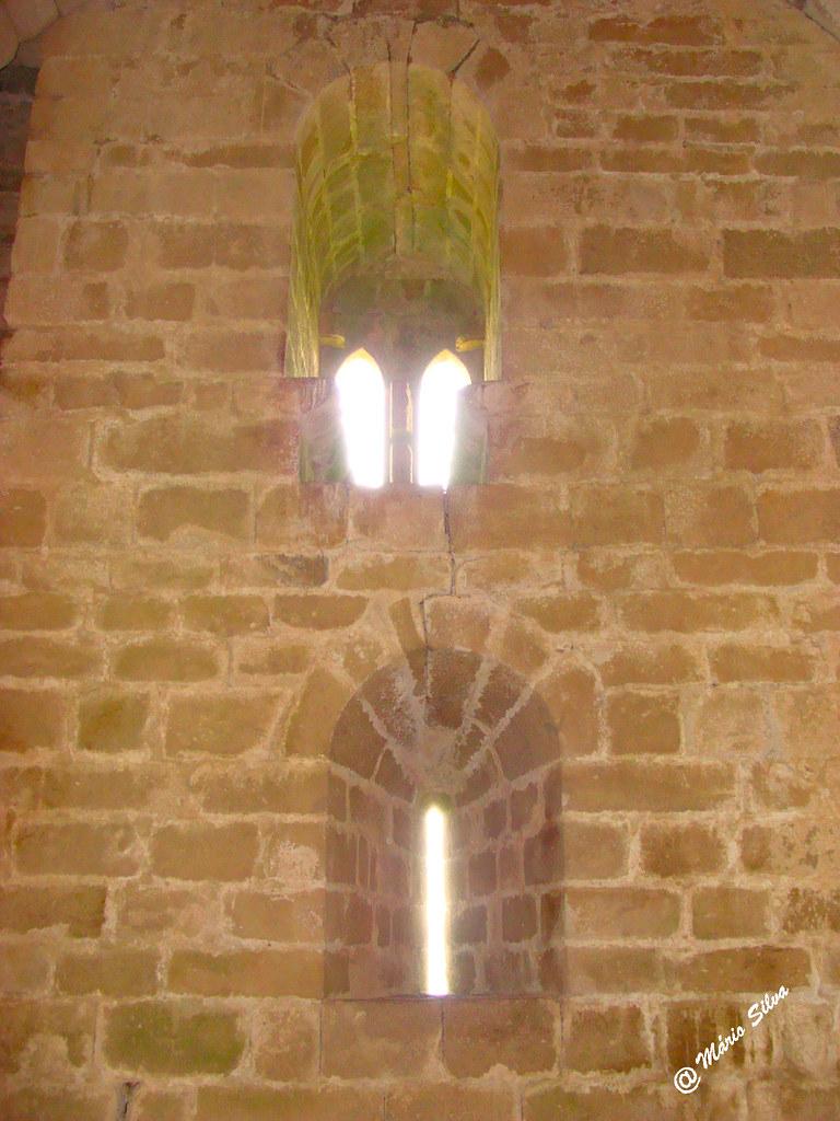 Águas Frias (Chaves) - ... pormenor das aberturas dentro da torre de menagem do Castelo de Monforte de Rio Livre ...