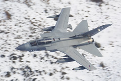 """Snow Tonka!"" (PhoenixFlyer2008) Tags: wales canon aircraft aviation military lowlevel panavia royalairforce bwlch machloop 2ac marham tornadogr4 31sqn neilbates wwwairteamcanoncouk"