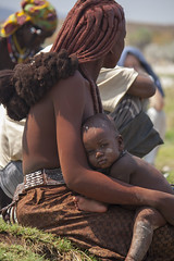 Sad eyes (Fr4nchito) Tags: africa winter portrait people afternoon child persone mum mamma inverno namibia ritratto himba tribu bambino pomeriggio astrale argillarossa