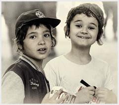 B1577-Aprendices de golfillo (Eduardo Arias Rábanos) Tags: boy kids children nikon niños icecream candids urchin avignon helado apprentice preteen trainee aprendiz streeturchin robados desaturación eduardoarias d5200 golfillo eduardoariasrábanos