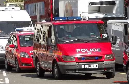 Metropolitan police-Vauxhall zafira-DPG-Incident response vehicle-BU07 NFL-22-Ford toureno-DPG-officer carrier-BU56 JFK-25