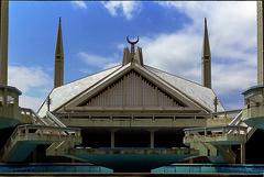 Faisal Masjid (Azarbhaijaan) Tags: clouds minaret architect masjid islamabad islamicart badshahi faisalmasjid baghdadi mashaallah pakistaniphotographer pentaxk10d azharmunir drpanga