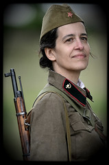 WW2 (Eklectique-photo) Tags: portrait woman girl face war femme weapon ww2 soldiers russian reenactment reenactors urss arme reconstitutionhistorique