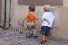 Les copains (SchoonbrodtB) Tags: petit garons dos copains candid