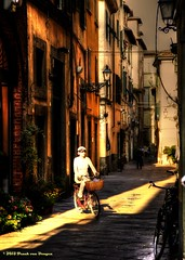 Woman in white (Fr@nk//) Tags: italy topf25 bike bicycle florence topf50 topf75 europe italia f100 tuscany toscana topf100 nextime 100faves img8878 watmooi mrtungsten62 frankvandongen wwworvilnl