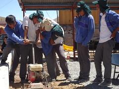 Voluntarios emparejando el terreno de la Plaza