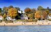 5985 Sonniger Herbstnachmittag am Elbststrand von Hamburg Othmarschen; bunt gefärbte herbstliche Bäume am Elbhang - Spaziergänger am Strand; Häuser an der Promenade. (christoph_bellin) Tags: hamburger herbst jahreszeit othmarschen stadtteil bezirk altona elbvorort elbufer herbstbäume laub herbstlaub sonniger herbstnachmittag elbststrand bunt gefärbte herbstliche bäume elbhang spaziergänger strand häuser promenade