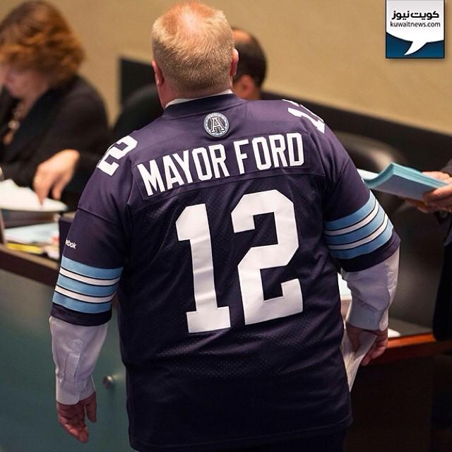 #كندا / عمدة مدينة تورونتو مرتديا تي-شيرت لفريق جيرسي لكرة القدم خلال حضوره أمس جلسة استماع له بسبب مشاكله الشخصية. مجلس المدينة طلب منه اخذ اجازة لحين حل مشاكله.   #Toronto Mayor Rob Ford wears a football jersey during council at City Hall in Toronto, No