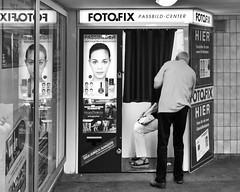 Klappt's?/Got it? (floressas.desesseintes) Tags: berlin station underground couple ubahnhof fotoautomat ehepaar schwarzweis streetfotografie