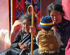 Pilgrims at Yarchen Gar, Tibet 2013 (reurinkjan) Tags: dzogchen 2013 yachengar padmasambhavastatue བོད་ལྗོངས། ©janreurink tibetanplateauབོད་མཐོ་སྒང་bötogang tibetབོད buddhistསངས་རྒྱས་ཆོས་ལུགས་པ nunneryཨ་ནི་དགོན་པ་anidgonpa monkགྲྭ་བ།grwaba buddhismསངས་རྒྱས་ཆོས་ལུགས།sangsrgyaschoslugs yarchengar greatertibetབོད་ཆེན་པོböchenpo tibetannationalitytibetansབོད་རིགས།bodrigs tibetannationtibetanpeopleབོད་ཀྱི་མི་བརྒྱུདbökyimigyü nunཇོ་མོ།ani sisterhoodཨ་ནིའི་ཚོགས་པanitsokpa khamཁམས།easterntibet nyingmaredhatsectརྙིང་མrnyingma ༢༠༡༣ khamཁམས་བོད khamsbodkhamwö pelyülདཔལ་ཡུལ།county nyingmapahermitage yarchengonpaཡར་ཆེན་དགོན་པ་ yarchengarཡར་ཆེན་སྒར་ dzinchuཛིན་ཆུ་ lamaachukrinpoche yellegar rinchenlingpa yachengönཡ་ཆེན་དགོན། yachengarཡ་ཆེན་དཀར་། stupaམཆོད་རྟེན༏mchodrtenchorten yarchengön