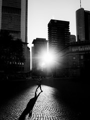 (graveur8x) Tags: city woman sun summer light contrast buildings skyscrapers sky street streetphotography strase frankfurt germany deutschland shadow blackandwhite schwarzweis monochrome intothelight black olympus olympusem10markii zuiko microfourthirds m43 olympusm1240mmf28