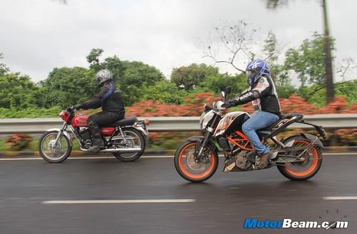 KTM-Duke-390-vs-Yamaha-RD350-44