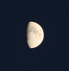 November Mond - November Moon (Jorbasa) Tags: november roof moon night cat lune germany deutschland mond hessen darkness nacht katze impression dunkelheit wetterau hausdach dachreiter jorbasa vision:outdoor=0954 vision:sky=0847