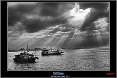 Vietnam (pharoahsax) Tags: world ocean sea bw sun white black get water colors clouds canon boot bay boat junk asia asien meer wolken beam vietnam duotone weiss sunspot schiff sunbeam schwarz sonnenstrahlen halong bucht dschunke ozean halongbucht 40d canon40d pmbvw worldgetcolors
