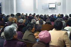 Bidden%20TV (Frans Schellekens) Tags: china man church countryside cross religion pray praying churches bible service mis kerk gebouw anhui kruis platteland believers religie bijbel kerken bidden kerkdienst gelovigen